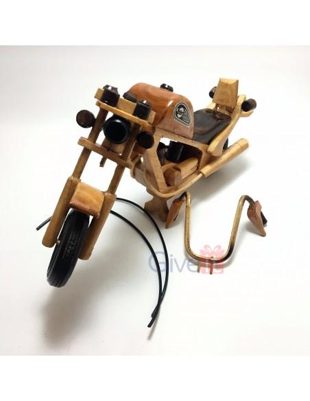 Motocicletă mare din lemn